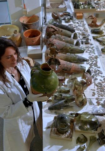 Restauratorin Vera Keil vom Landesmuseum für Vorgeschichte begutachtet Hinterlassenschaften einer rund 500 Jahre alten Alchemistenwerkstatt.  (BILD: DPA)