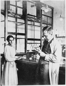 Lise Meitner und Otto Hahn im Labor, Kaiser-Wilhelm-Institut für Chemie, 1913 Source: Wikimedia Commons