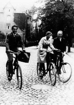 Viktor Weisskopf, Maria Göppert and Max Born on bicycles in Göttingen in the 1920s