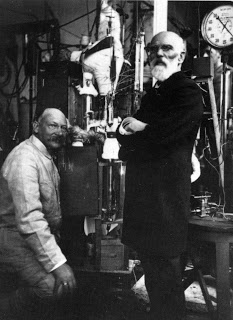 Heike Kamerlingh Onnes (left) and Johannes Diderik van der Waals in 1908 in the Leiden physics laboratory, in front of the apparatus used later to condense helium. (Source: Museum Boerhaave, Leiden)
