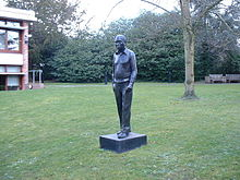A statue of Fred Hoyle at the Institute of Astronomy, Cambridge Source: Wikimedia Commons