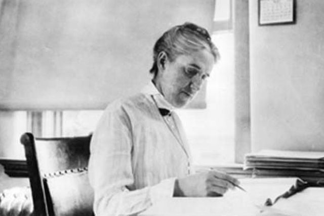 Henrietta Swan Leavitt working at her desk in the Harvard College Observatory. Credit: Public domain