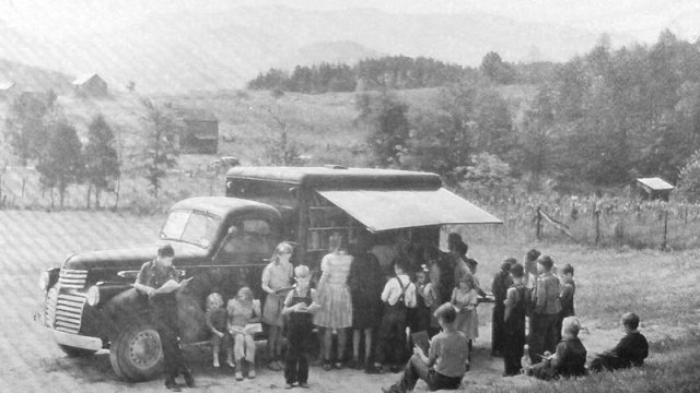 A bookmobile visiting Blount County, Tennessee, in 1943. (Tennessee Valley Perspectives, vol. 3, no. 3 (Spring 1973) Public Domain)