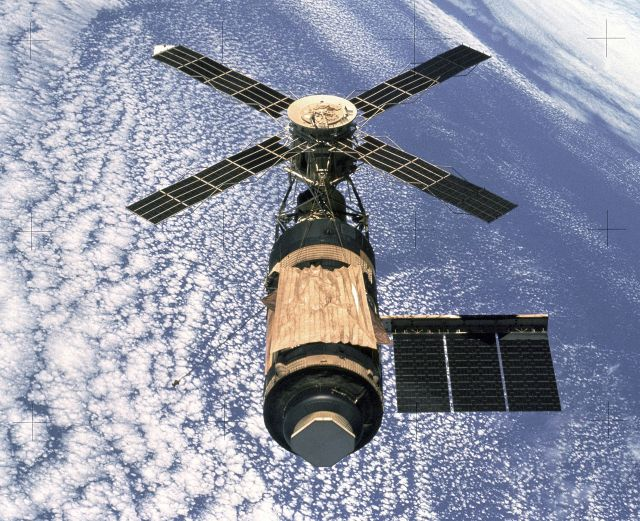 An overhead view of the Skylab Orbital Workshop in Earth orbit as photographed from the Skylab 4 Command and Service Modules (CSM) during the final fly-around by the CSM before returning home.  Source: Wikimedia Commons