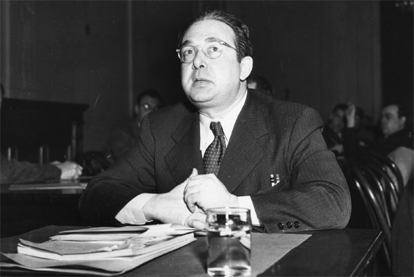 Szilard testifying before Congress in the postwar. From the Emilio Segrè Visual Archives.