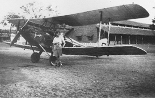Amy Johnson and Jason in Jhansi, India in 1932 Source: Wikimedia Commons