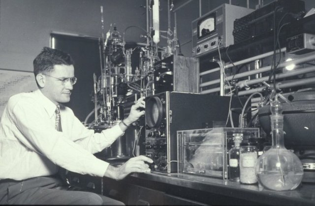 John D. Roberts at M.I.T. in 1947. He played a crucial role in the explosive growth of physical organic chemistry, a field that studies the reactivity of biological compounds. Credit M.I.T.
