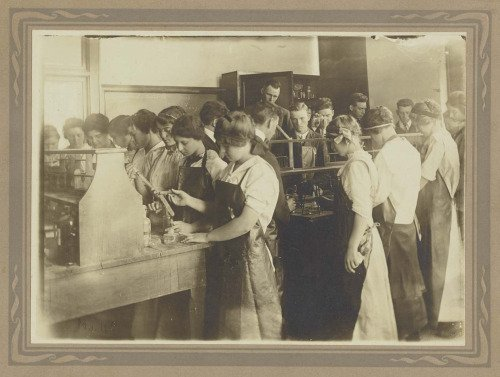 Chemistry students in laboratory, circa 1910. CHF Archives (object ID  2016.507.002).
