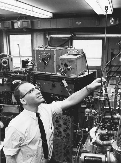 Richard Garwin with his equipment for studying solid helium-3 at IBM in the 1960s.